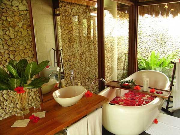 Flores e elementos naturais na decoração de banheiro