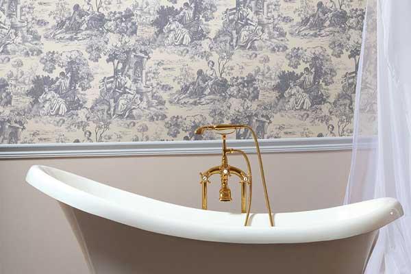 O papel de parede está de volta na decoração de banheiro