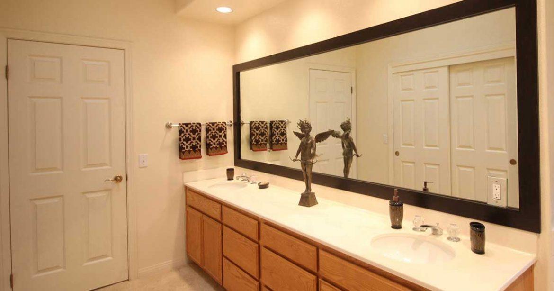 Espelhos conferem uma sensação de espaço maior para banheiros pequenos